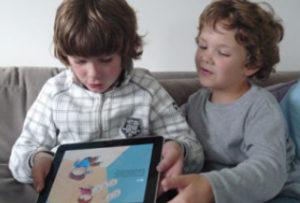 """Neefjes van Rian Visser met de app """"Timo en het Toverboek"""""""