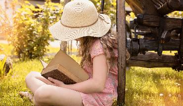 meisje leest boek uitgelicht