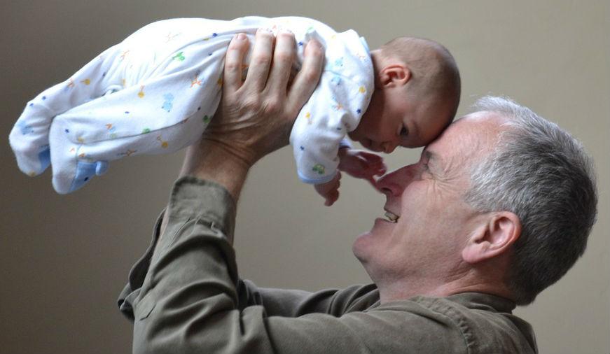 Opa met baby uitgelicht