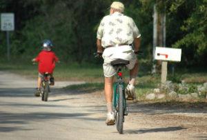 grandpa-and-grandson-biking_intekst