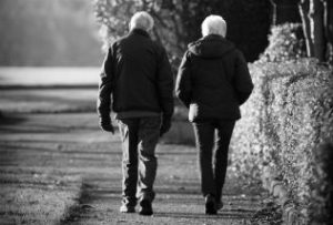 old-couple-on-the-walk_intekst