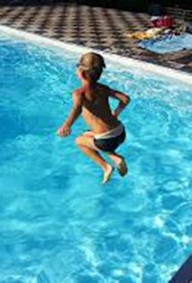 jongen neemt duik