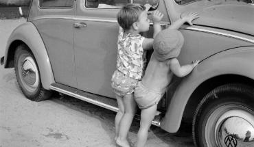 kids bij auto uitgelicht