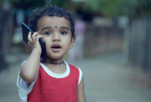 kleinkind aan de telefoon